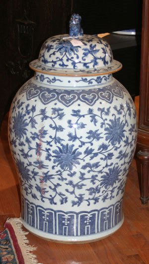 1164: A Large Chinese Porcelain Blue and White Covered