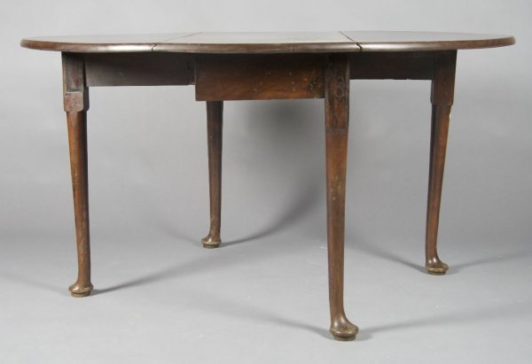 22: A Queen Anne Mahogany Drop-Leaf Table, Height 29 x