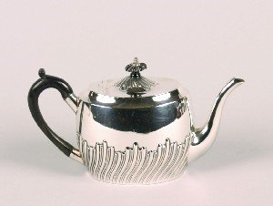 348: An Edward VII Silver Tea Pot, Hegiht 5 1/4 inches.