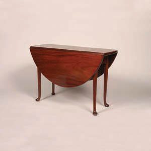 23: A George III Mahagony Dropleaf Table,