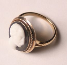 529: A Yellow Gold Black and White Onyx Cameo