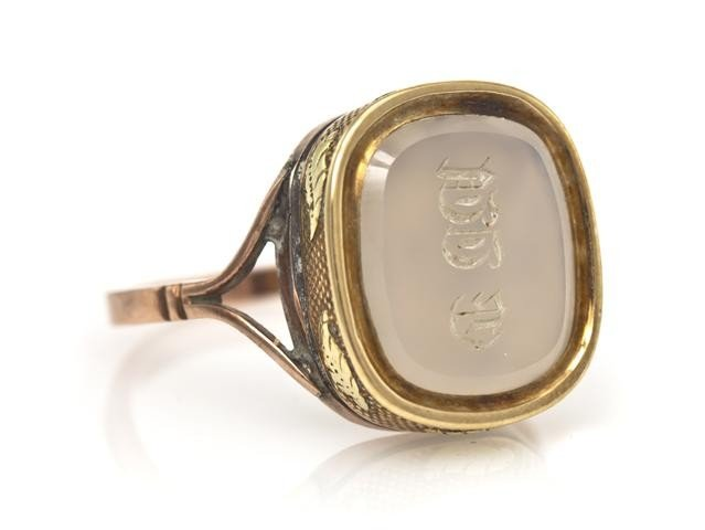 24: A Victorian Two Tone Gold and Agate Letter Seal Rin