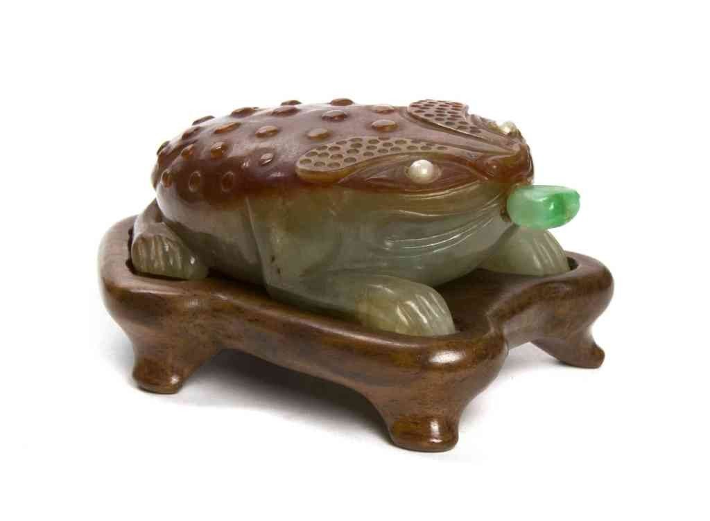 16: A Jadeite Three Legged Frog-Form Snuff Bottle, Leng