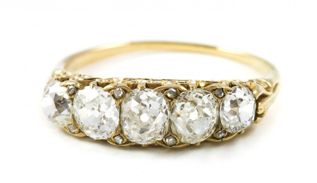 10: An Edwardian Yellow Gold and Diamond Ring, 1.85 dwt