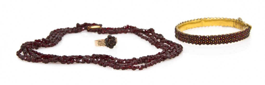 11: A Group of Garnet Jewelry, 32.40 dwts.