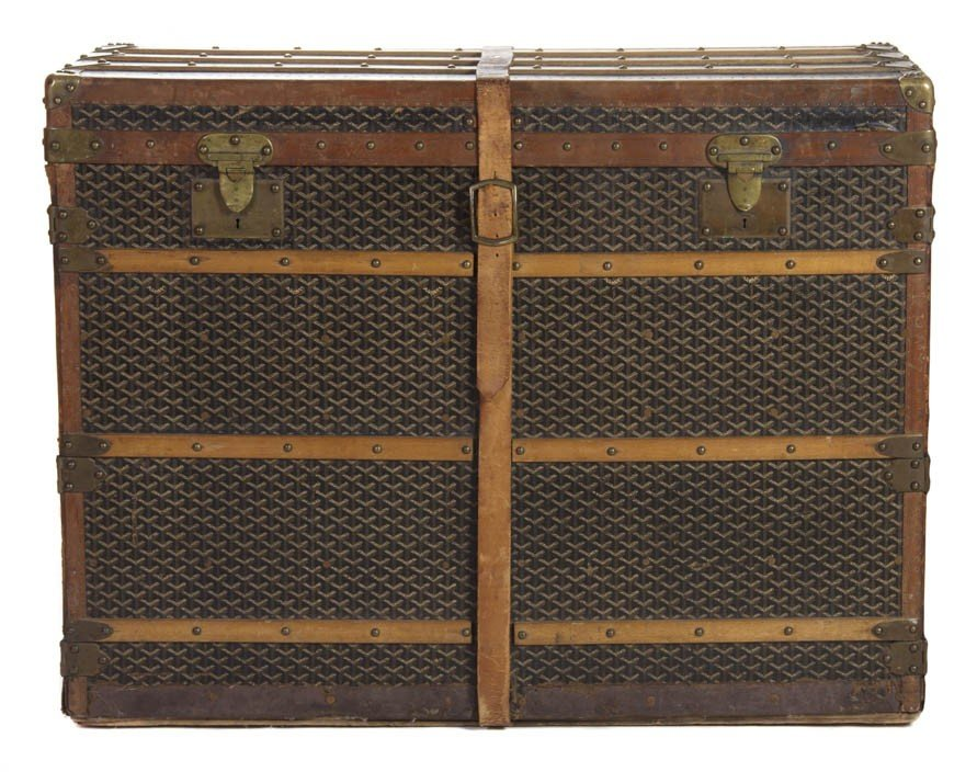 421: A Goyard Monogram Canvas Dresser Trunk. 31 x 41 x