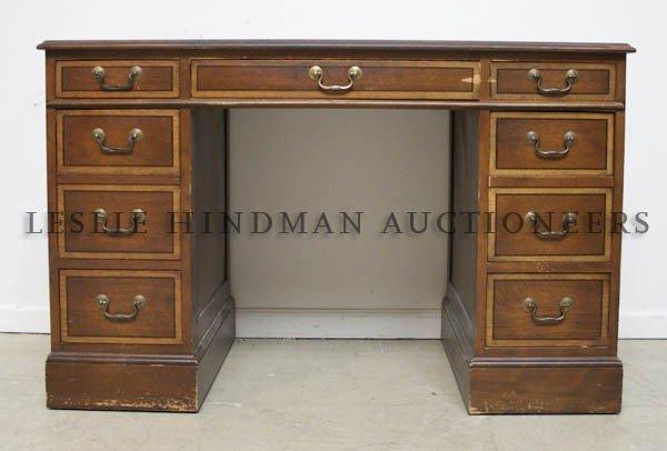 20: An American Pedestal Desk, Sleigh Furniture, Height