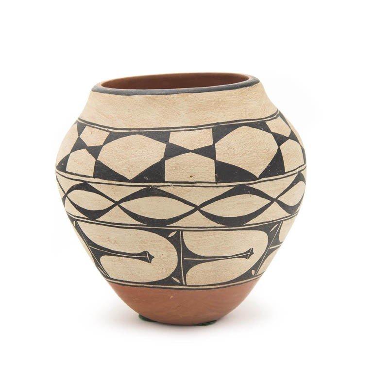 113: A Santo Domingo Olla Jar, Height 7 x diameter 7 in