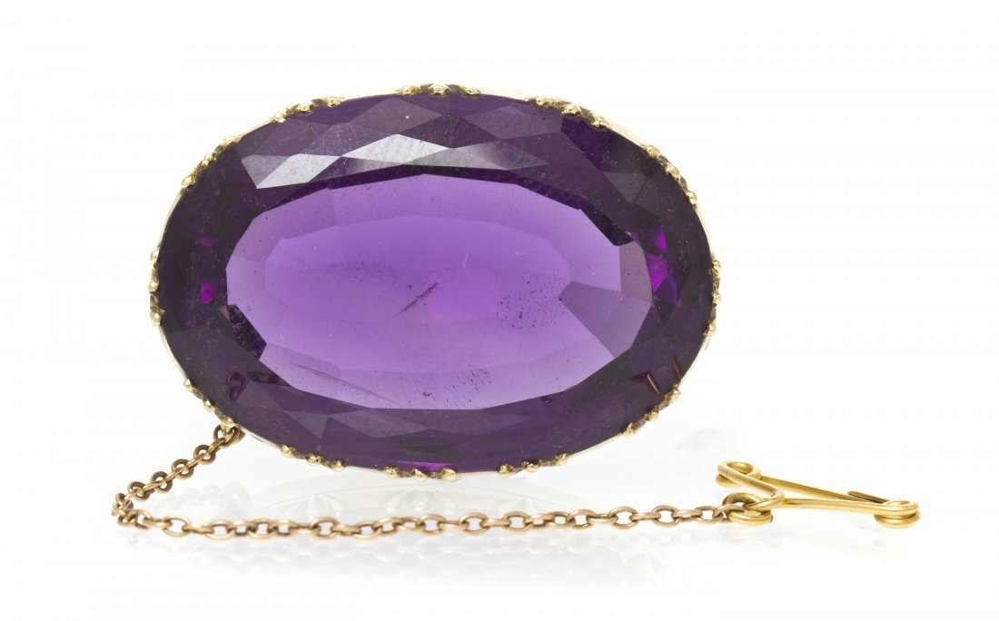 16: A Victorian Yellow Gold and Amethyst Brooch, 9.20 d