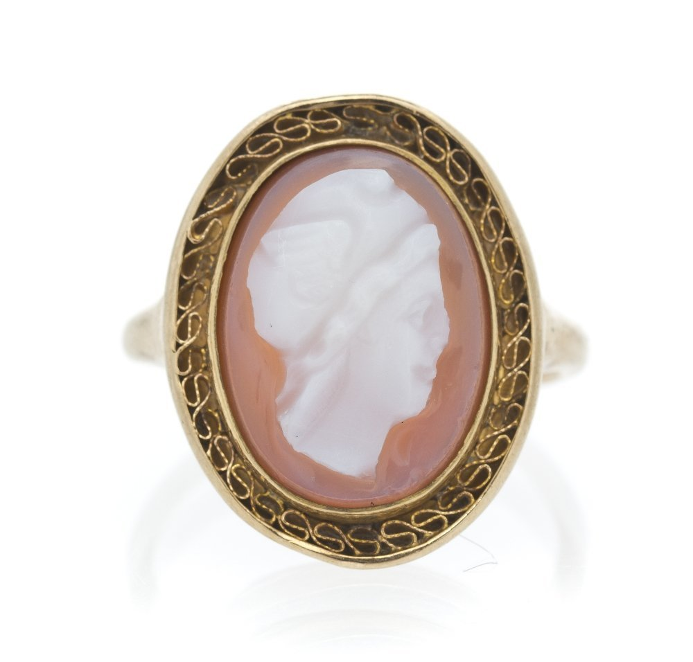471: An Antique Yellow Gold and Agate Cameo Ring, 2.30