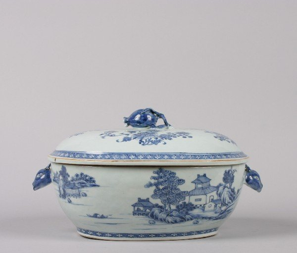 524: A Chinese Export Blue and White Porcelain Tureen,