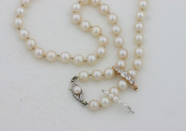 17: A Lady's Single Strand Cultured Pearl Necklace and