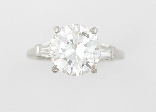 639: A Platinum and Diamond Ring, Size 5.