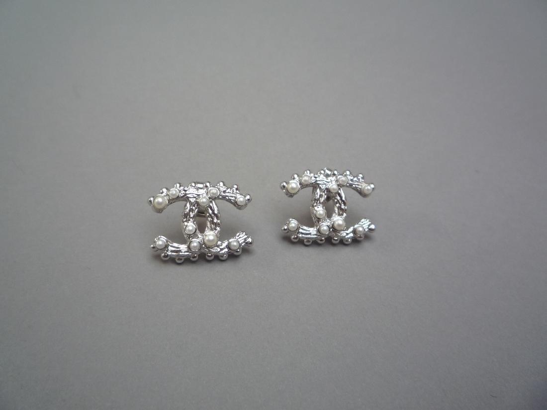 CHANEL PAIRE DE BOUCLES D'OREILLE en métal argenté et