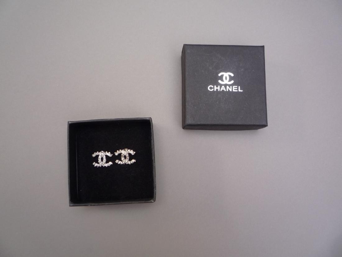 CHANEL PAIRE DE BOUCLES D'OREILLE en métal argenté et - 3