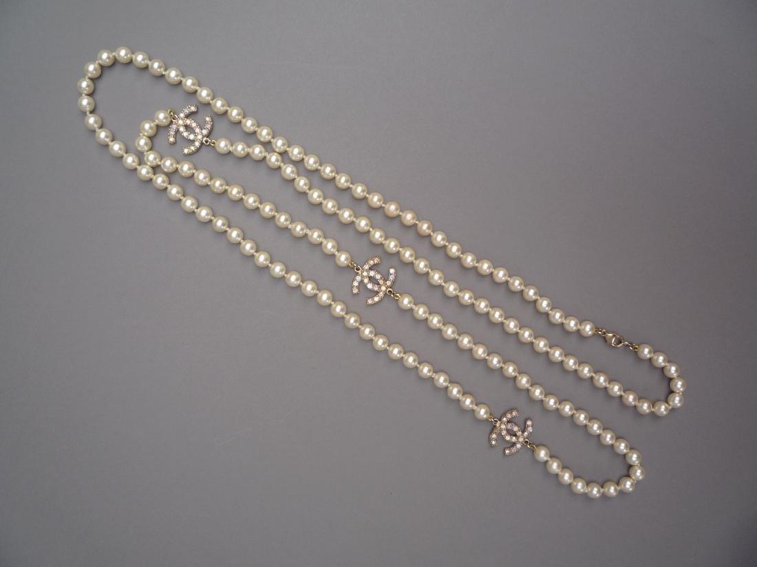 CHANEL LONG SAUTOIR de perles blanches fantaisies en - 2