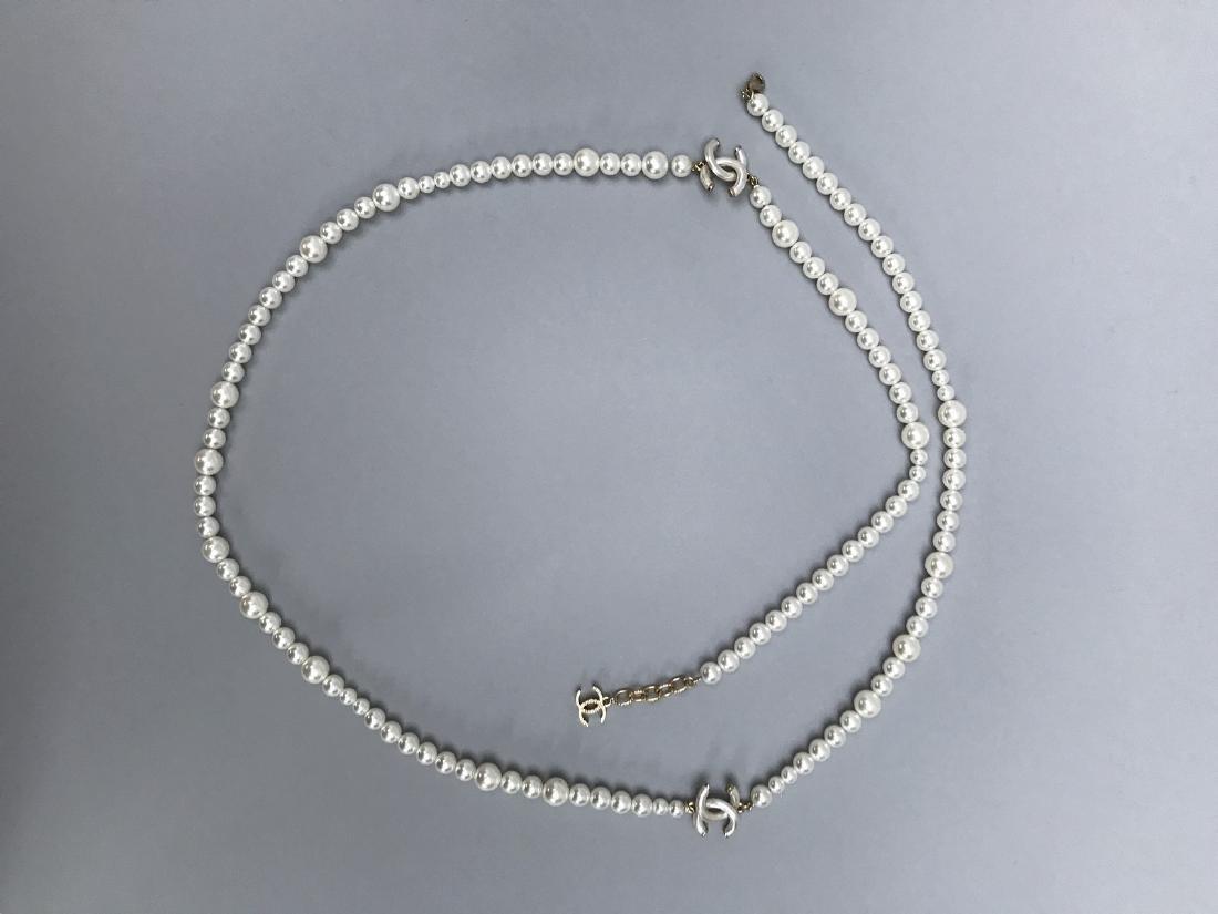 CHANEL LONG SAUTOIR de perles blanches fantaisies en