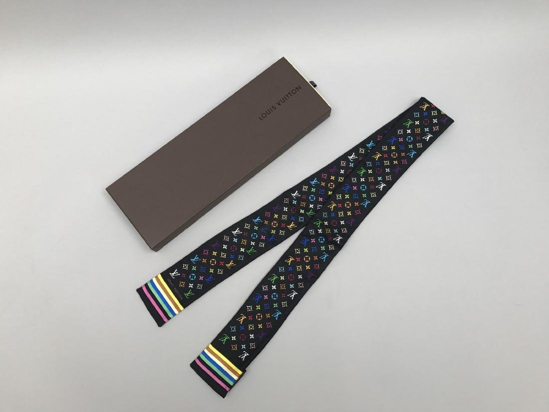 LOUIS VUITTON  FOULARD-CRAVATE en soie à décor - 2