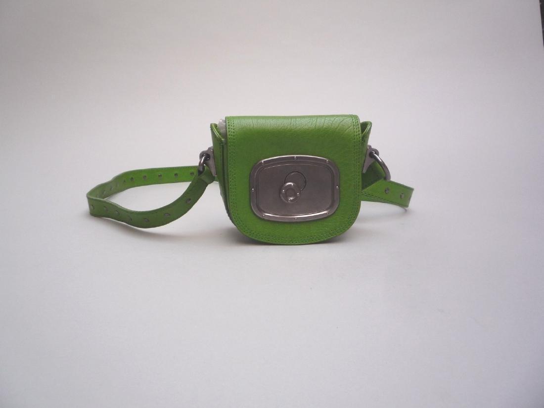 CELINE POCHETTE en cuir vert pomme, garniture en métal
