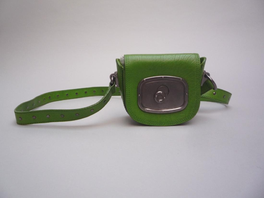 CELINE POCHETTE en cuir vert pomme, garniture en métal - 2