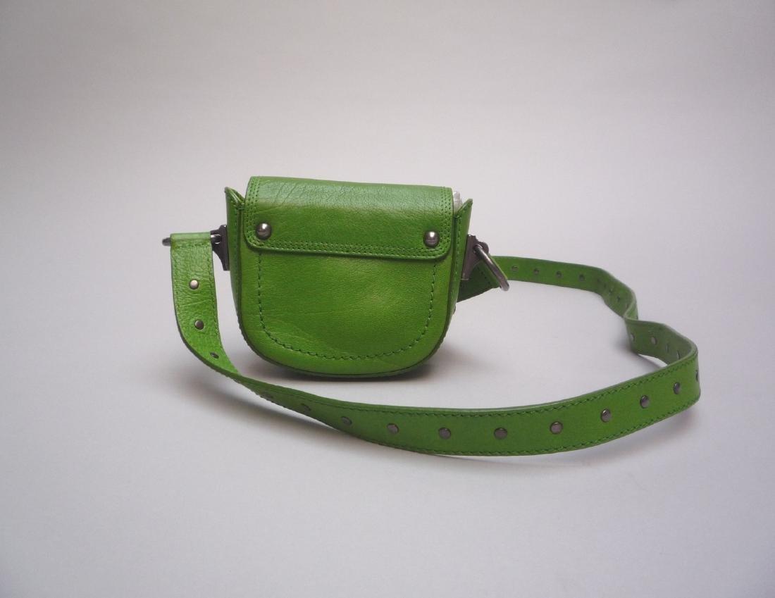 CELINE POCHETTE en cuir vert pomme, garniture en métal - 3
