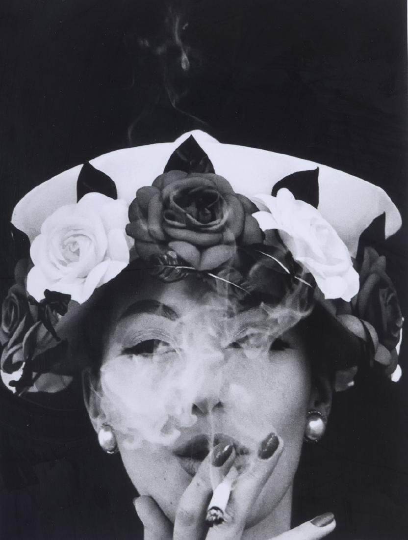 William KLEIN (Né en 1929)  Woman with hat + 5 roses,
