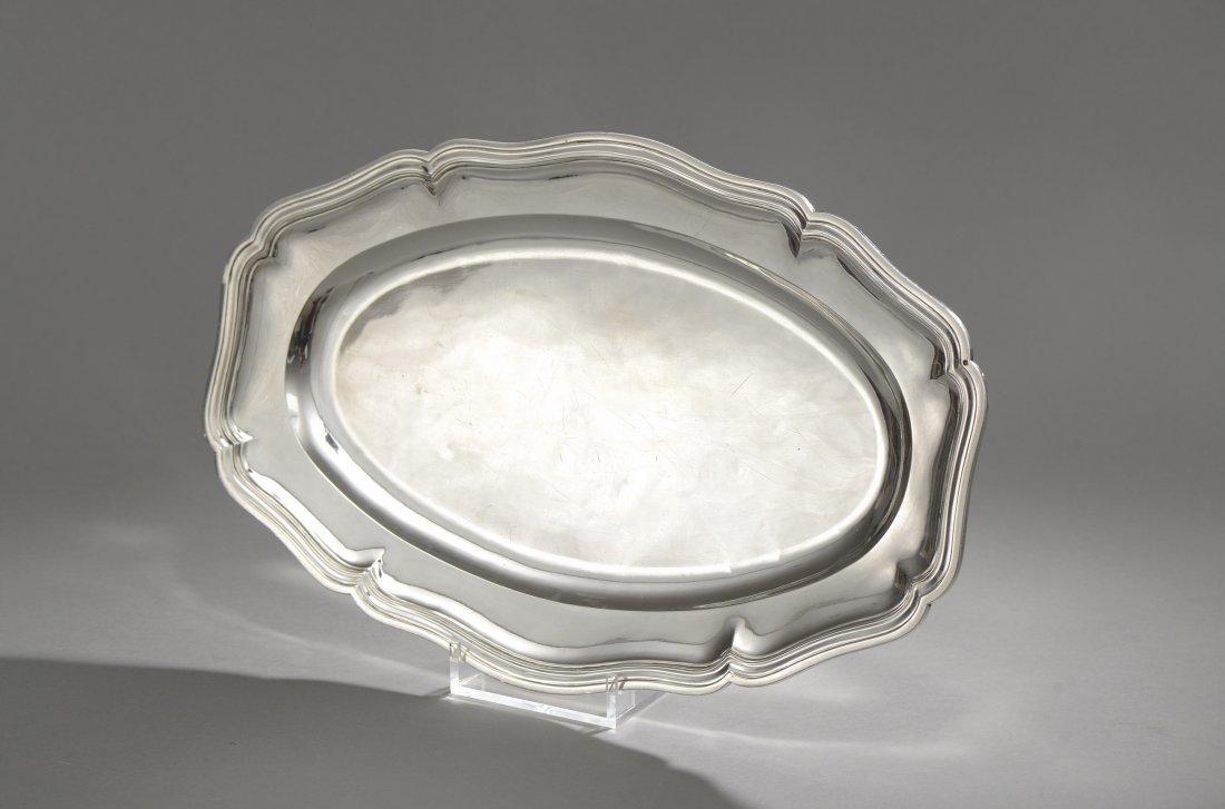 PLAT en argent de forme ovale, modèle à contours et