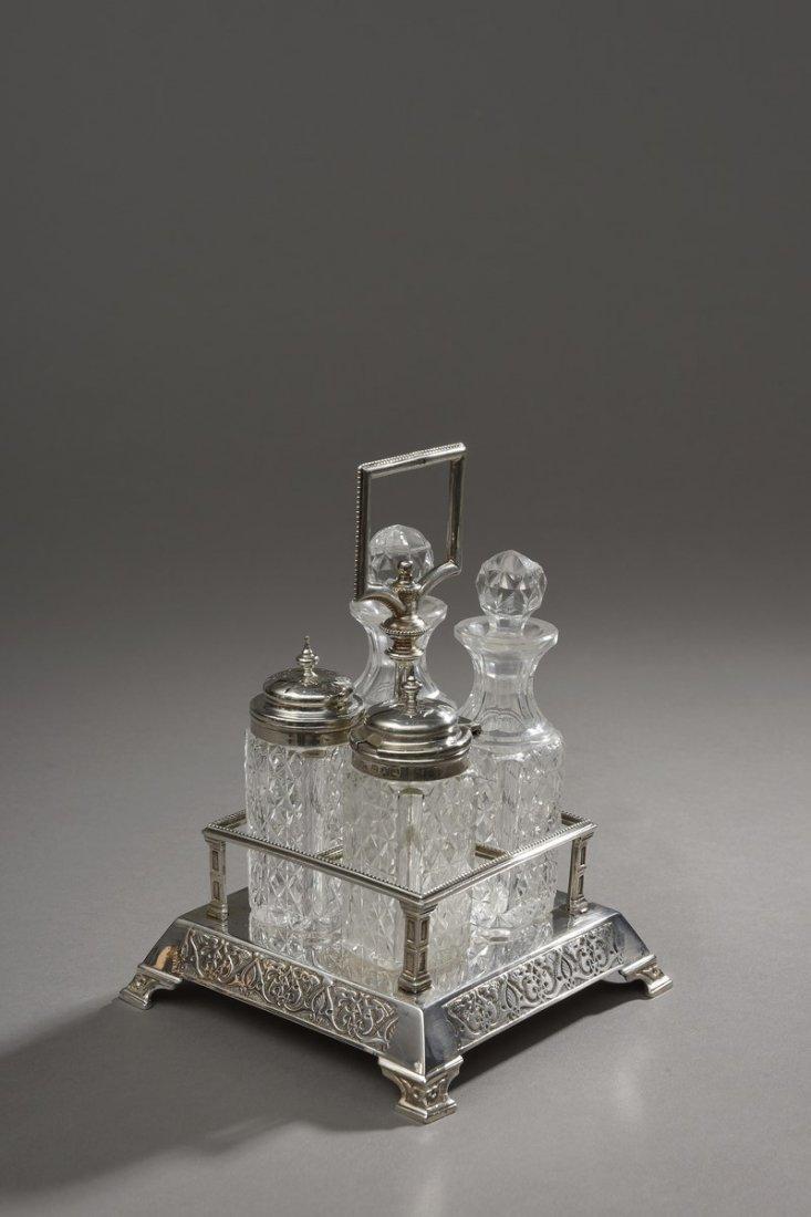 Une salière de table en argent et cristal
