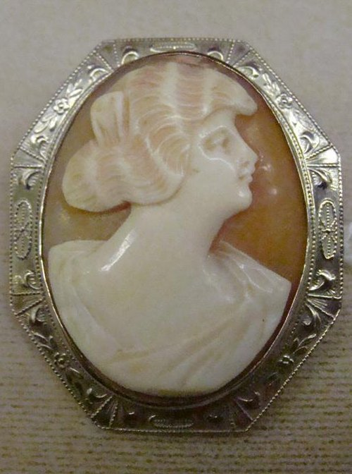 Antique Carved Shell Cameo Brooch in 14K Gold Frame. TW