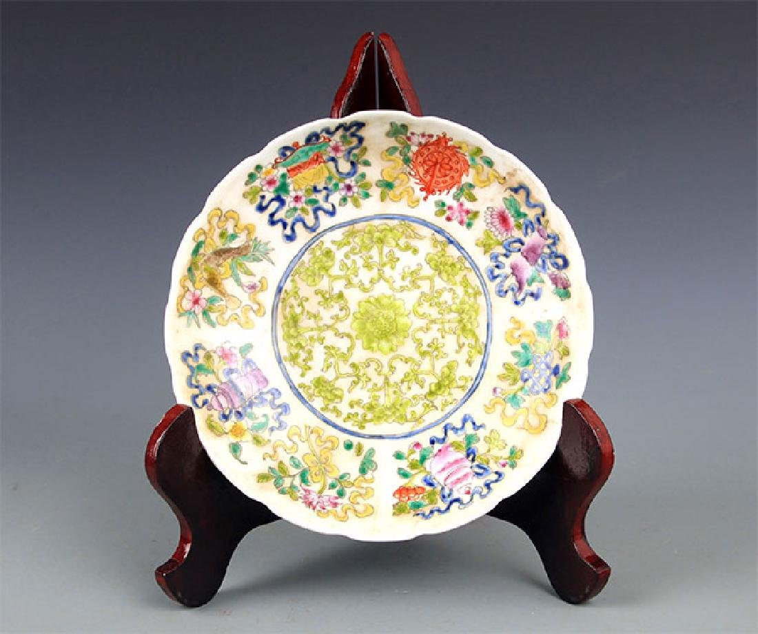 A VERY COLORFUL FAMILLE ROSE PORCELAIN PLATE