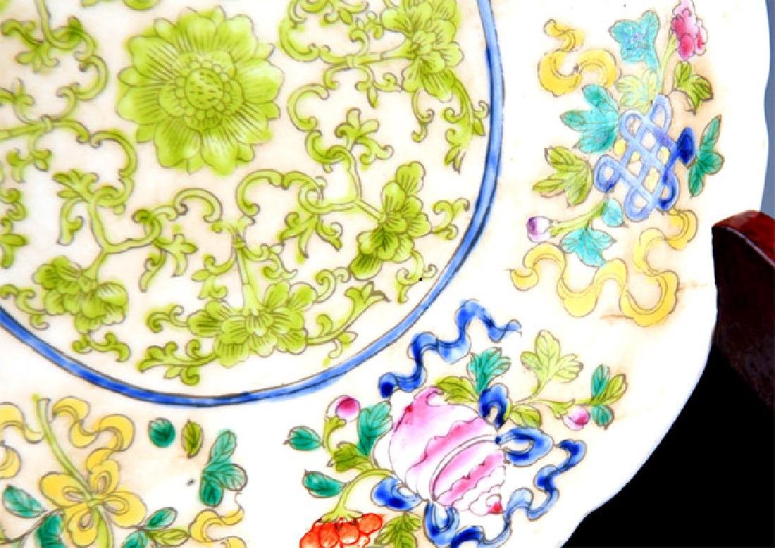 A VERY COLORFUL FAMILLE ROSE PORCELAIN PLATE - 3
