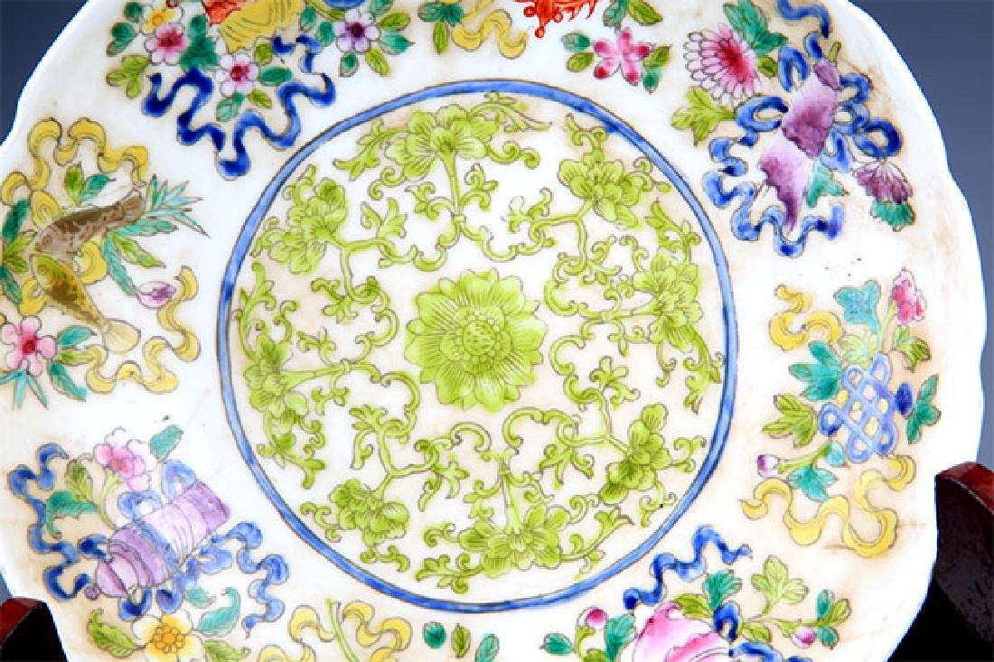 A VERY COLORFUL FAMILLE ROSE PORCELAIN PLATE - 4