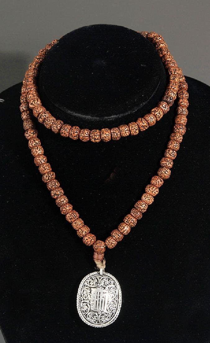 A FINE JIN GANG PU TI NECKLACE WITH PENDANT