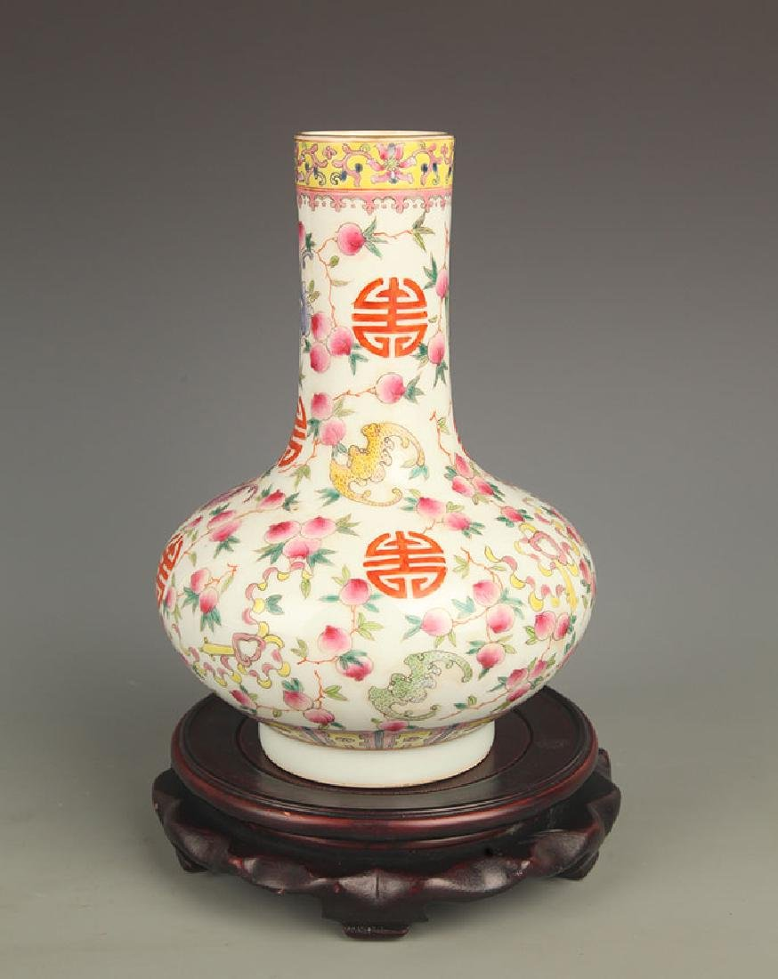 A FINELY PAINTED FAMILLE ROSE LONG NECK VASE
