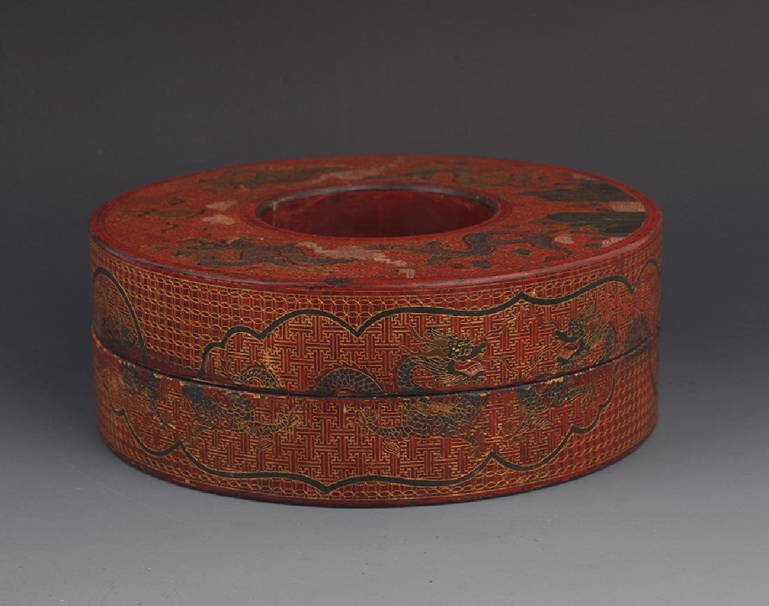 A ROUND GILT LACQUERED WOOD ROYAL NECKLACE BOX