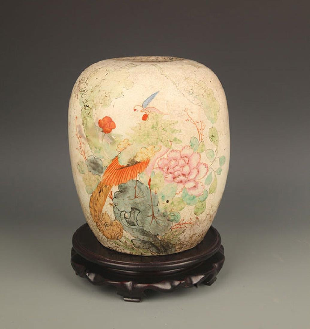 A FAMILLE ROSE COLOR PAINTED ROUND PORCELAIN JAR
