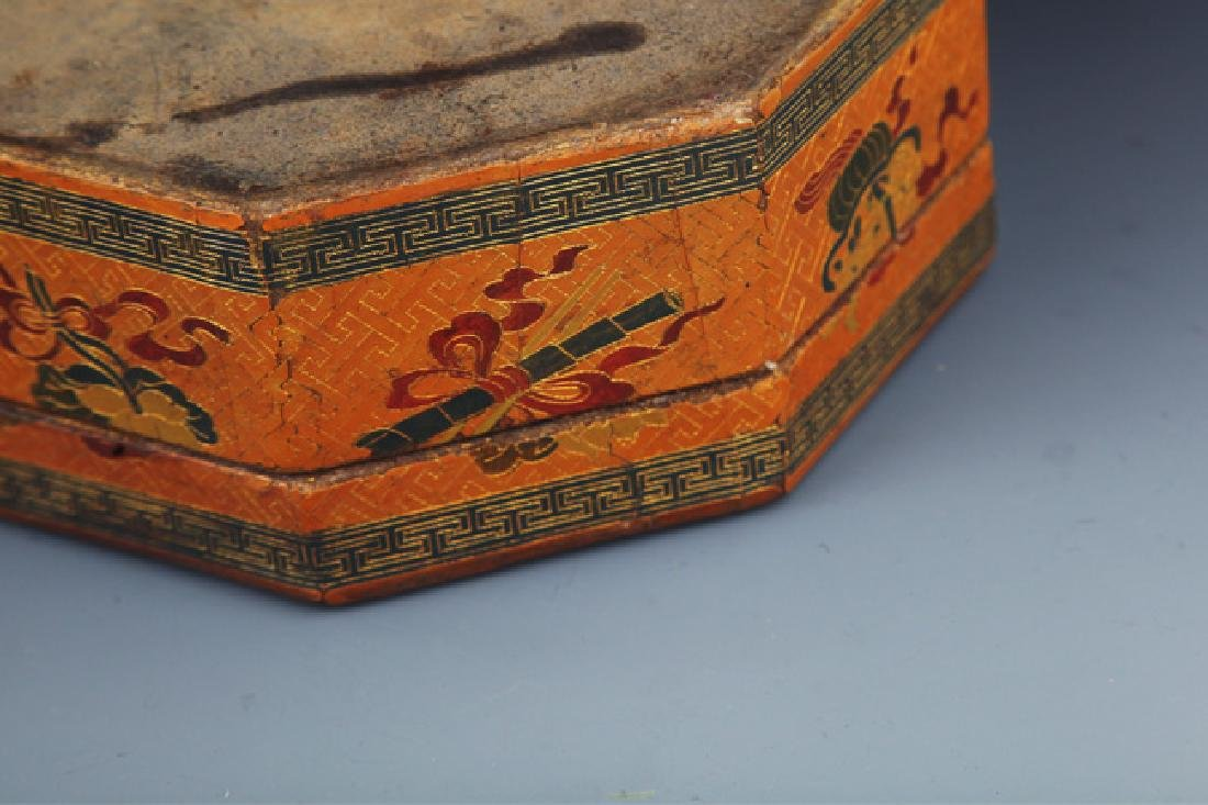 A GILT LACQUERED FLOWER PAINTED WOOD BOX - 7