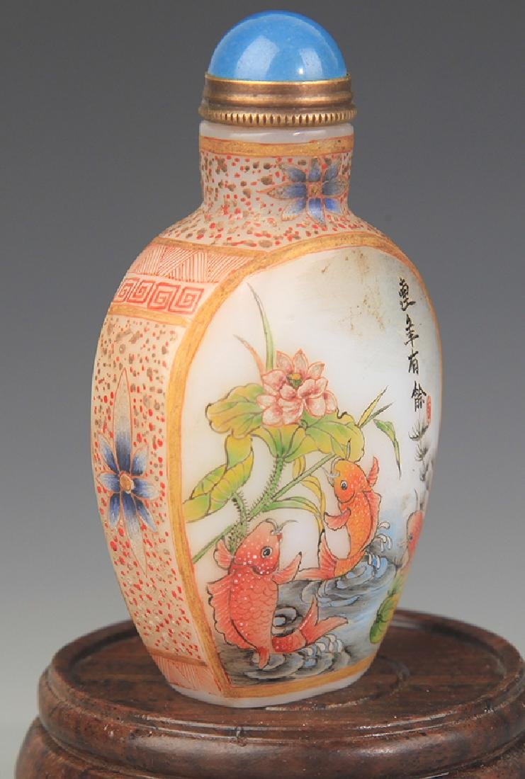 A FINE FISH PAINTED GLASS SNUFF BOTTLE - 3
