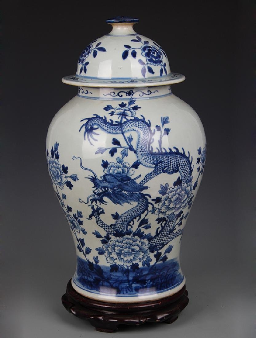 BLUE AND WHITE PEONY PATTERN GENERAL TYPE JAR