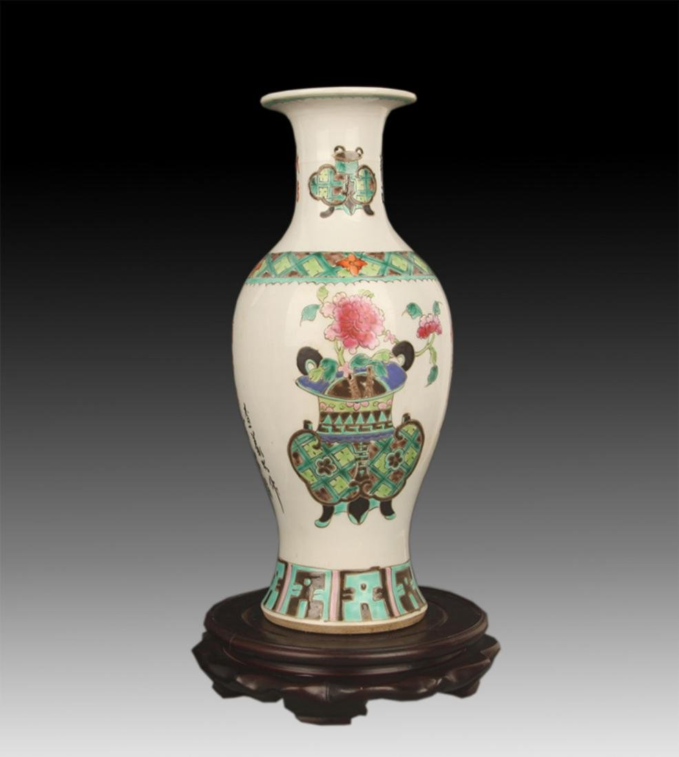 A FAMILLE ROSE COLOR FLOWER PAINTED PORCELAIN VASE