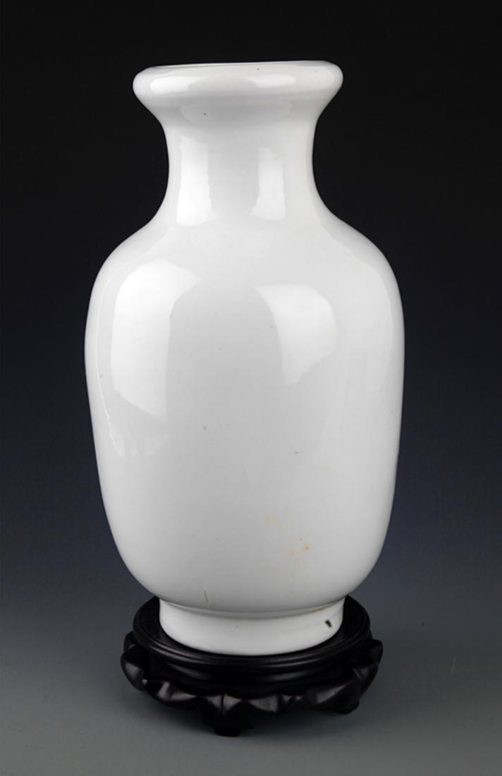 A WHITE COLOR GLAZED PORCELAIN BOTTLE