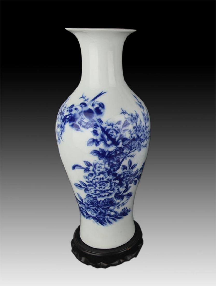 A FINE BLUE AND WHITE FLOWER PORCELAIN VASE