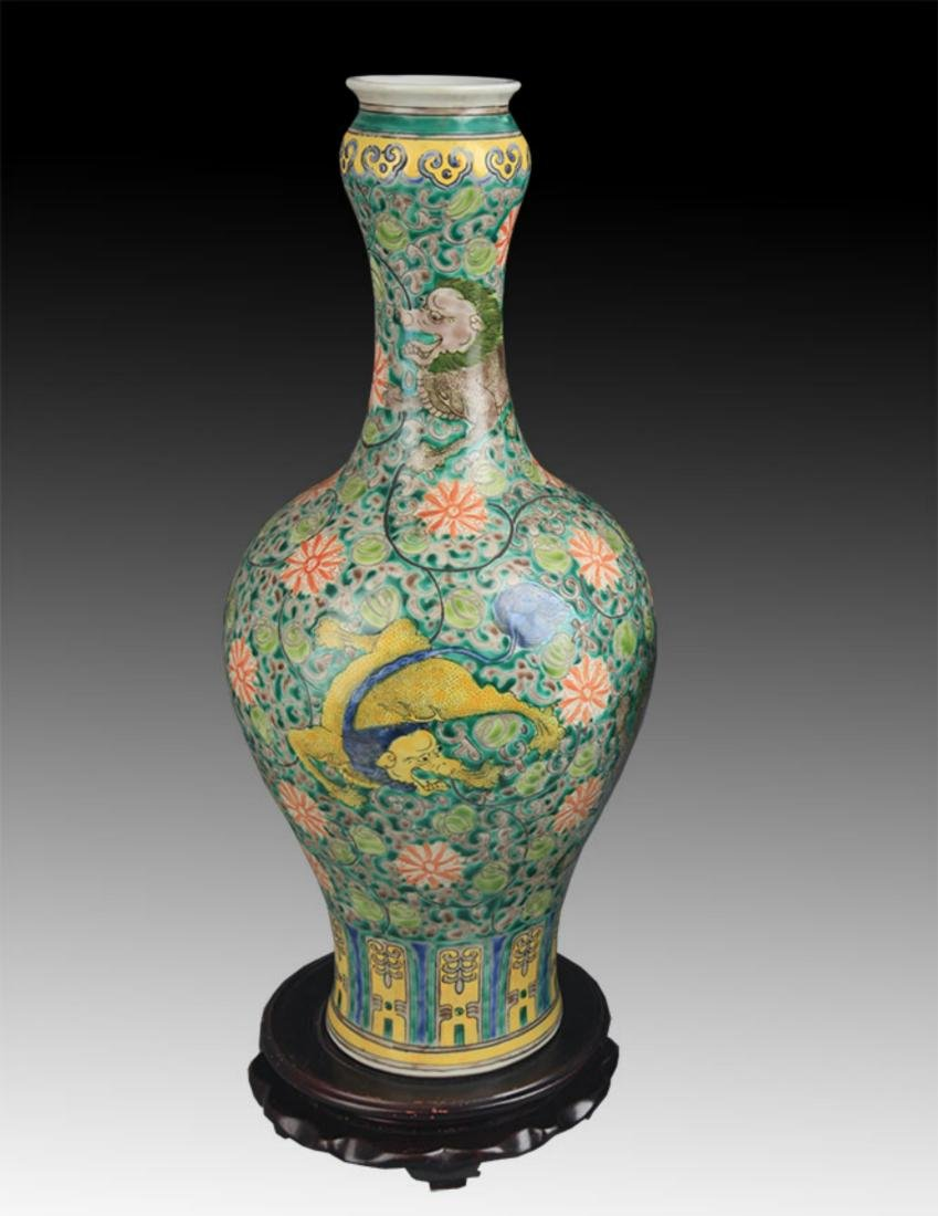 SAN CAI COLOR LION PAINTING GARLIC HEAD PORCELAIN VASE