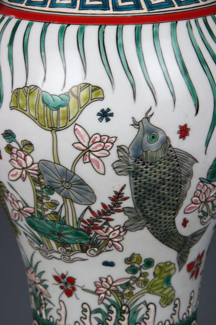 A FAMILLE VERTE FISH PAINTED PORCELAIN VASE - 3