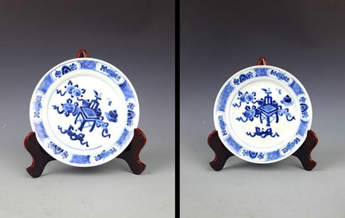 PAIR OF BLUE AND WHITE PORCELAIN PLATE