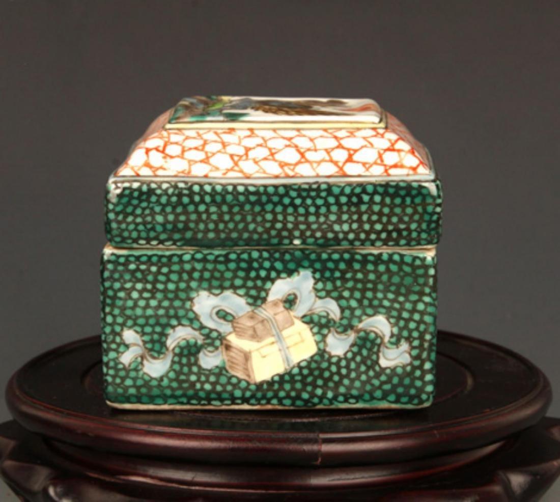 A FINE FAMILLE ROSE COLOR SQUARE PORCELAIN BOX