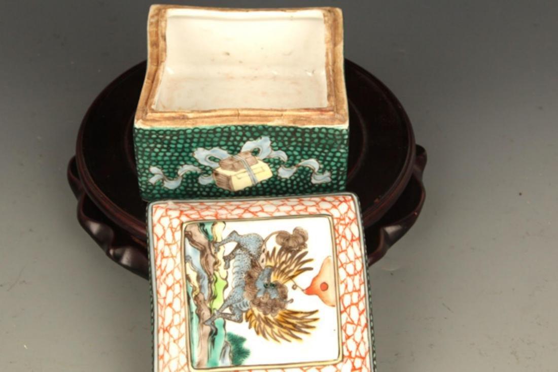 A FINE FAMILLE ROSE COLOR SQUARE PORCELAIN BOX - 3