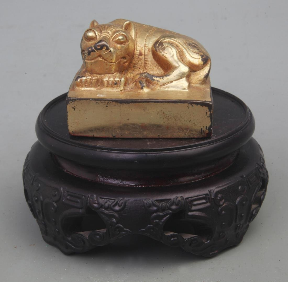 A FINE GILT BRONZE ANIMAL TOP STYLE SEAL