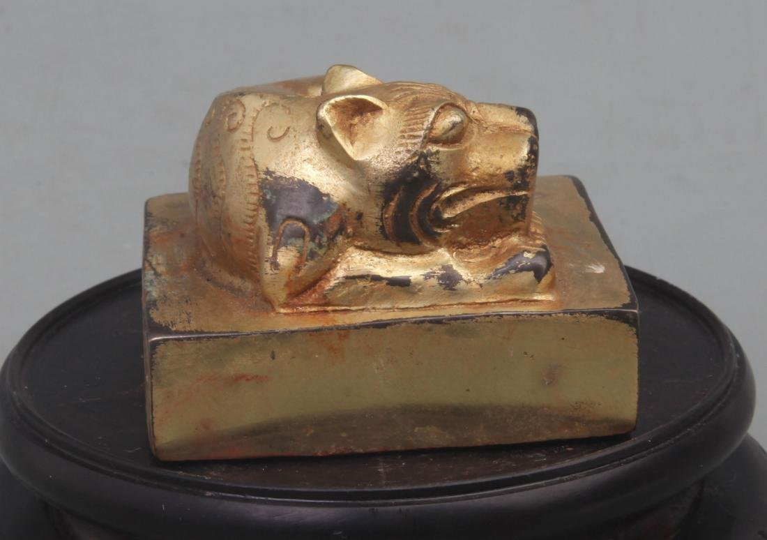 A FINE GILT BRONZE ANIMAL TOP STYLE SEAL - 2