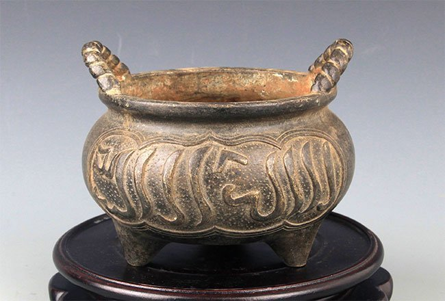 A CHINESE CARVING ROUND BRONZE CENSER
